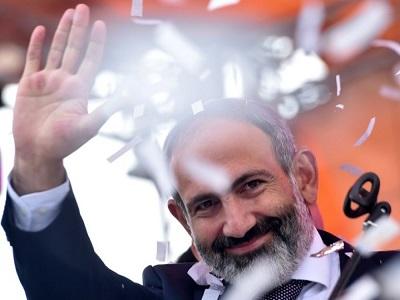André Santini félicite le Premier ministre Nikol Pachinian